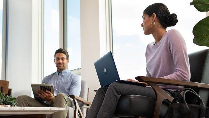 商務男人和女人討論與惠普筆記本電腦的工作