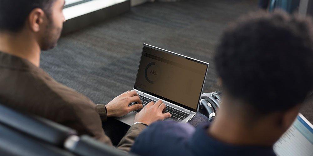 一个人打开了HP确定视图,以使屏幕从带有隐私屏幕的一侧看起来很暗且不可读