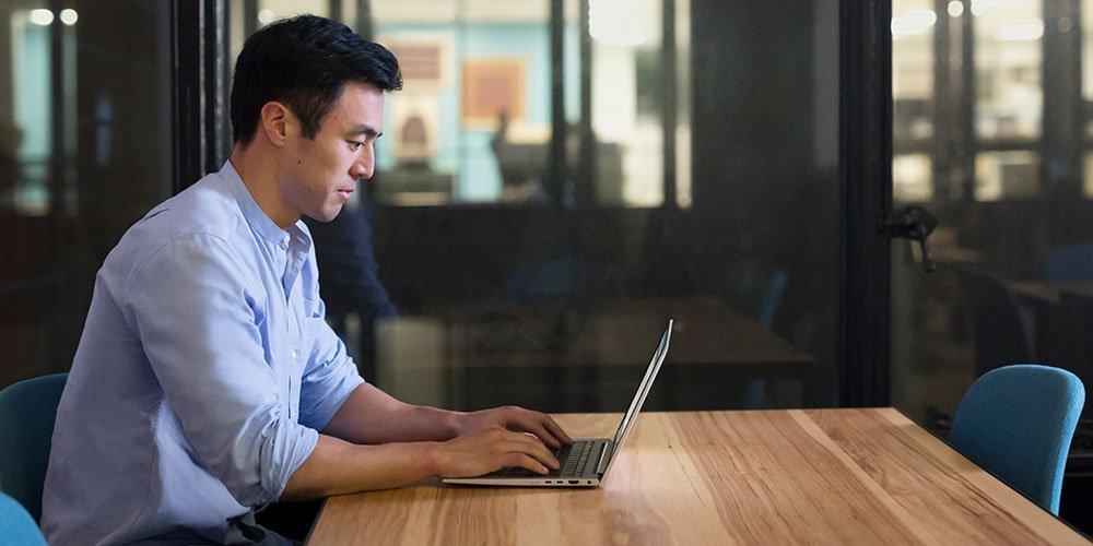 使用无风险的HP笔记本电脑工作的办公室人
