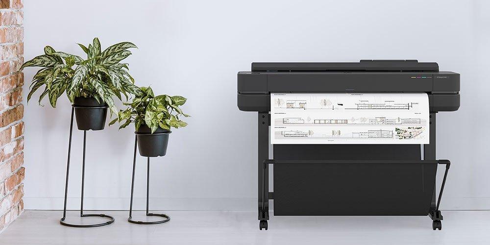 HP DesignJet打印机在工作室中打印大幅面打印